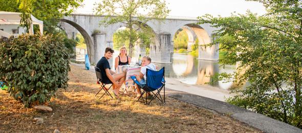 RCN la Bastide en Ardèche | Emplacement de camping avec vue sur la rivière