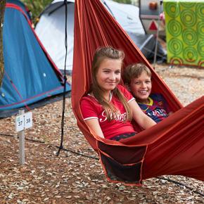 RCN-Domaine-de-la-Noguiere-camping-in-de-Provence-kamperen-kindjes-in-hangmat (2)