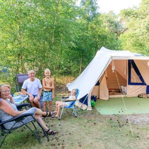 RCN-de-Noordster-vakantiepark-in-Dwingeloo-grasveld-met-tent-en-mensen (4)