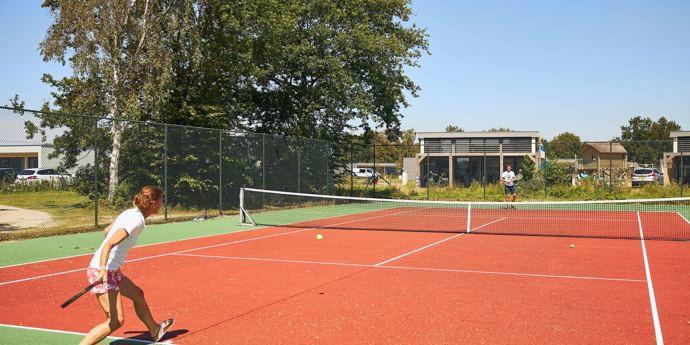 Tennisbaan vernieuwd